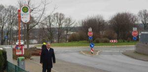 """Clemens Lammerskitten MdL an der bisherigen Bushaltestelle """"Am Waldschlößchen"""", die noch dieses Jahr mit Wartehalle beidseitig barriere- und behindertengerecht ausgebaut wird. (Foto: Dr. Dennis Schratz)"""
